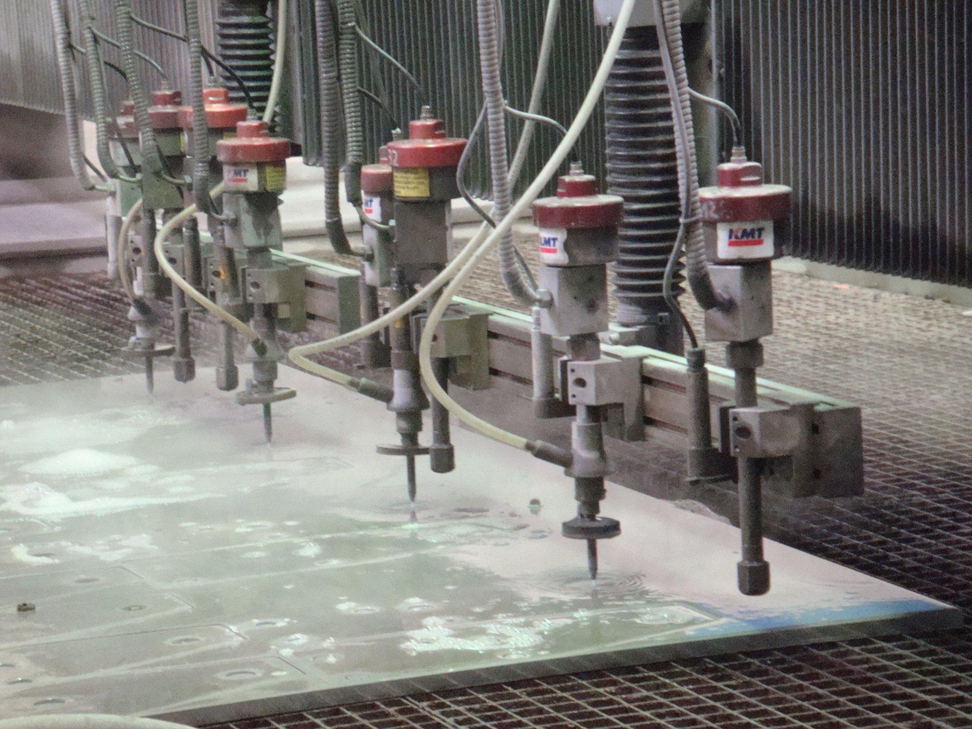 Durch den Einsatz mehrerer Schneidköpfe werden mehrere Werkstücke parallel gefertigt, was sich in günstigeren Preisen für den Kunden widerspiegelt (Foto: ICS).
